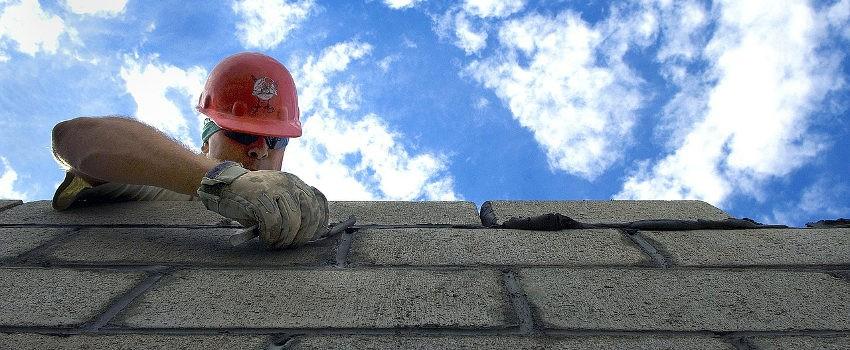 ukladanie-cegiel-bloczkow-betonowych