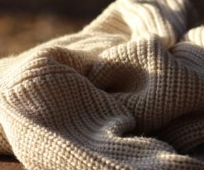 sweter-welniany-na-drewnianej-podlodze